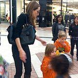 """2. September 2013  Angelina Jolie geht mit den Zwillingen Knox und Vivienne am amerikanischen """"Labor Day"""" in Sherman Oaks einkaufen. Vielleicht möchte sie ein Schnäppchen ergattern, denn am Tag der Arbeit gibt es in den USA traditionell viele Sparangebote."""