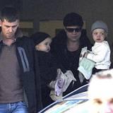 7. Oktober 2010: Die Familie ist wieder vereint - Brad Pitt trifft mit den Zwillingen Vivienne und Knox in Budapest ein.