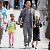 """20. Juni 2013  Brad Pitt ist mit Zahara und Shiloh in Moskau unterwegs. Auf dem """"Moscow International Film Festival"""" stellt er seinen Film """"World War Z"""" vor."""