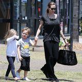 26. Oktober 2013  Die Familie verbringt ein paar Wochen in Australien. Angelina Jolie wird mit ihren Zwillingen Vivienne und Knox in Queensland gesichtet.