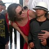 16. November 2011: Angelina Jolie zeigt Pax seine Heimat Vietnam. Mit dabei ist Angelinas Adoptivsohn aus Kambodscha, Maddox.