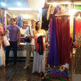 12. Dezember 2015  Weitab von dem Trubel in Hollywood: Angelina Jolie und Brad Pitt bummlen über den Nachtmarkt in Siem Reap in Kambodscha.
