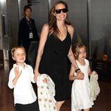 21. Juni 2014  Sind die groß geworden: Angelina Jolie kommt mit ihren Zwillingen Knox und Vivienne am Flughafen in Tokio an.