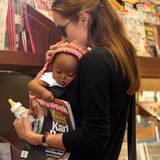 Flasche, Kind und Zeitung: Angelina Joile mit ihrer neuen Tochter Zahara Marley Jolie