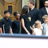 Ihre Kinder Knox (nicht im Bild) Pax, Zahara, Vivienne und Shiloh hat Angelina Jolie zu der Premiere zwar auch mitgebracht. Über den roten Teppich laufen sie dennoch nicht gemeinsam. Das wäre wohl auch zu viel für Pax, der seit dem Weihnachtsurlaub wegen einem gebrochenem Bein auf Krücken geht.