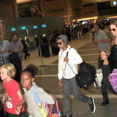 4. September 2013  Angelina Jolie ist im Flughafen von Los Angeles mit allen Kindern auf dem Weg zum Flieger nach Sydney.