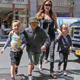 """13. Mai 2014  Da strahlen die Kindergesichter: Angelina Jolie ist mit ihrer Rasselbande auf den Weg in den Spielzeugladen """"FAO Schwarz"""" in Manhattan."""