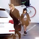 1. März 2012: Brad Pitt geht mit Sohn Maddox im Guitar Center in Hollywood einkaufen.