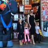 28. Oktober 2012: Angelina Jolie besorgt mit Shiloh, Vivienne und Knox Halloweenkostüme.
