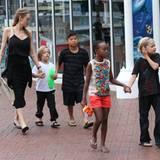 """8. September 2013  Angelina Jolie ist mit ihren Kindern auf dem Weg zum """"Sydney Wildlife and Aquarium"""" im Bezirk Darling Harbour."""