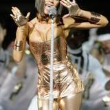 Ganz in Gold und mit mutigem Dekolletee präsentiert sich Victoria Beckham