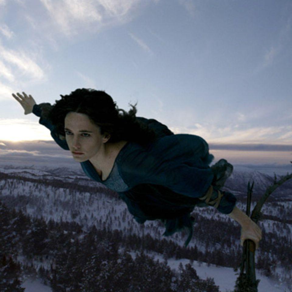 Die Hexenkönigin Serafina Pekkala (Eva Green) hoch zu Lüfte