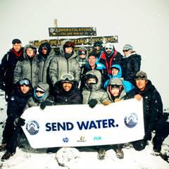 13. Januar 2010: Jessica Biel klettert unter harten Bedingungen auf den Kilimandscharo.