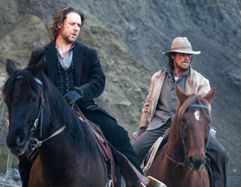 Wade (Russell Crowe) wird von Dan Evans (Christian Bale) in Schach gehalten