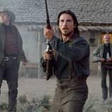 Dan Evans (Christian Bale) versucht mit Tucker (Kevin Durand li.) und Byron McElroy (Peter Fonda) Ben Wades Bande zu vertreiben