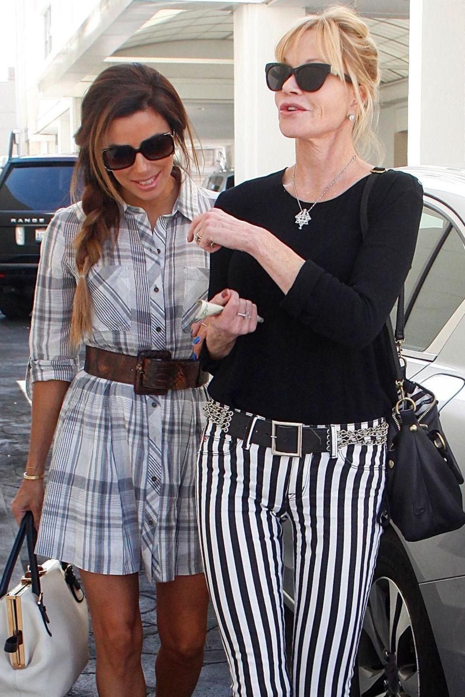 Eva Longoria und Melanie Griffith  Zwischen ihnen liegen knapp 20 Jahre Altersunterschied und dennoch verbindet Longoria und Griffith eine tiefe Freunschaft. Wie junge Teenager ziehen sie kichernd Arm in Arm durch Beverly Hills.
