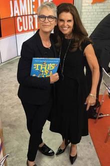 """Jamie Lee Curtis und Maria Shriver   Maria Shriver freut sich riesig, als sie ihrer Freundin Jamie Lee Curtis bei der """"Today Show"""" über den Weg läuft. Das muss natürlich sofort fotografiert werden!"""