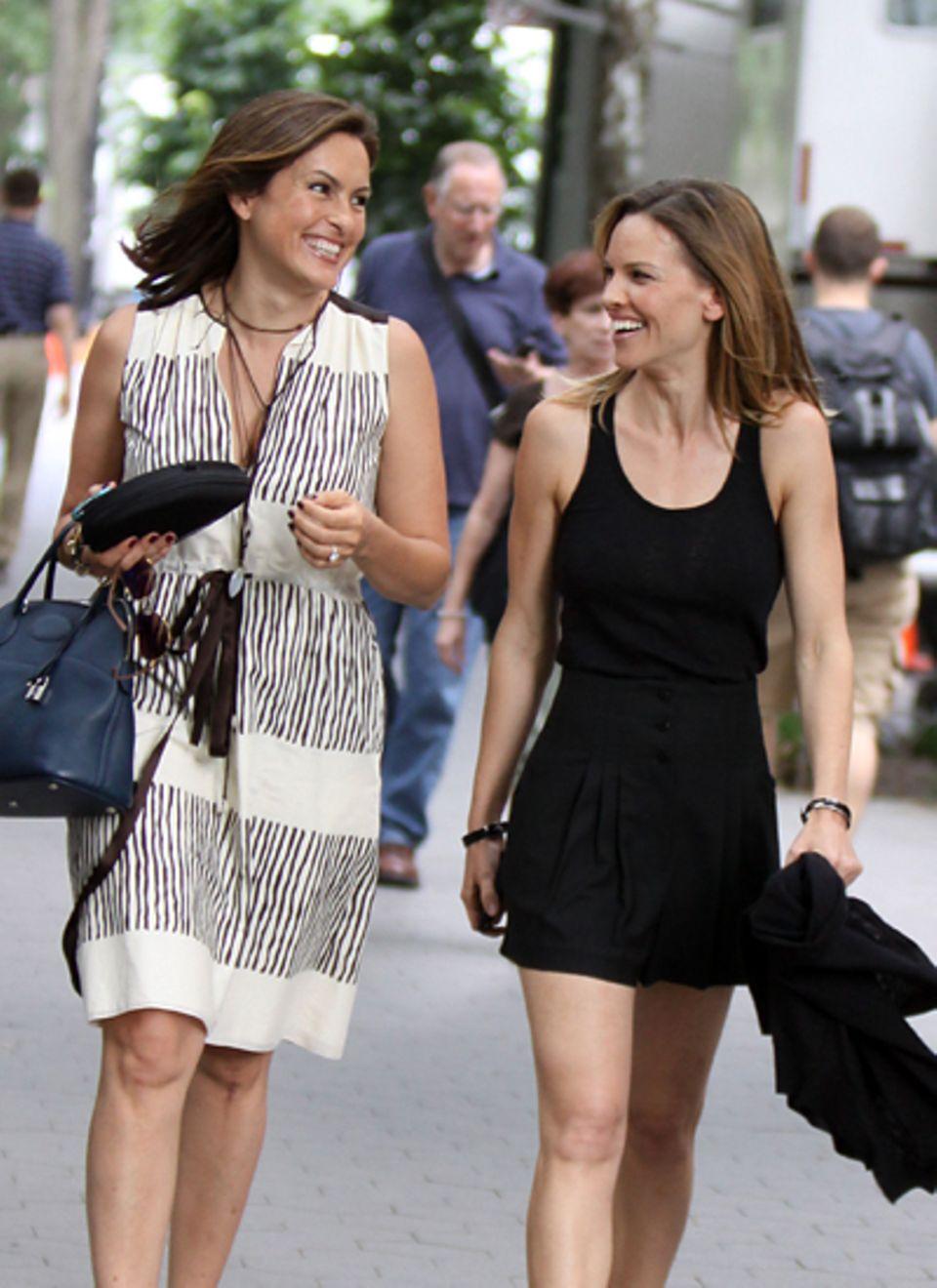14. Juni 2010: Die Freundinnen Mariska Hargitay und Hilary Swank verstehen sich blendend und genießen freudestrahlend ihren geme