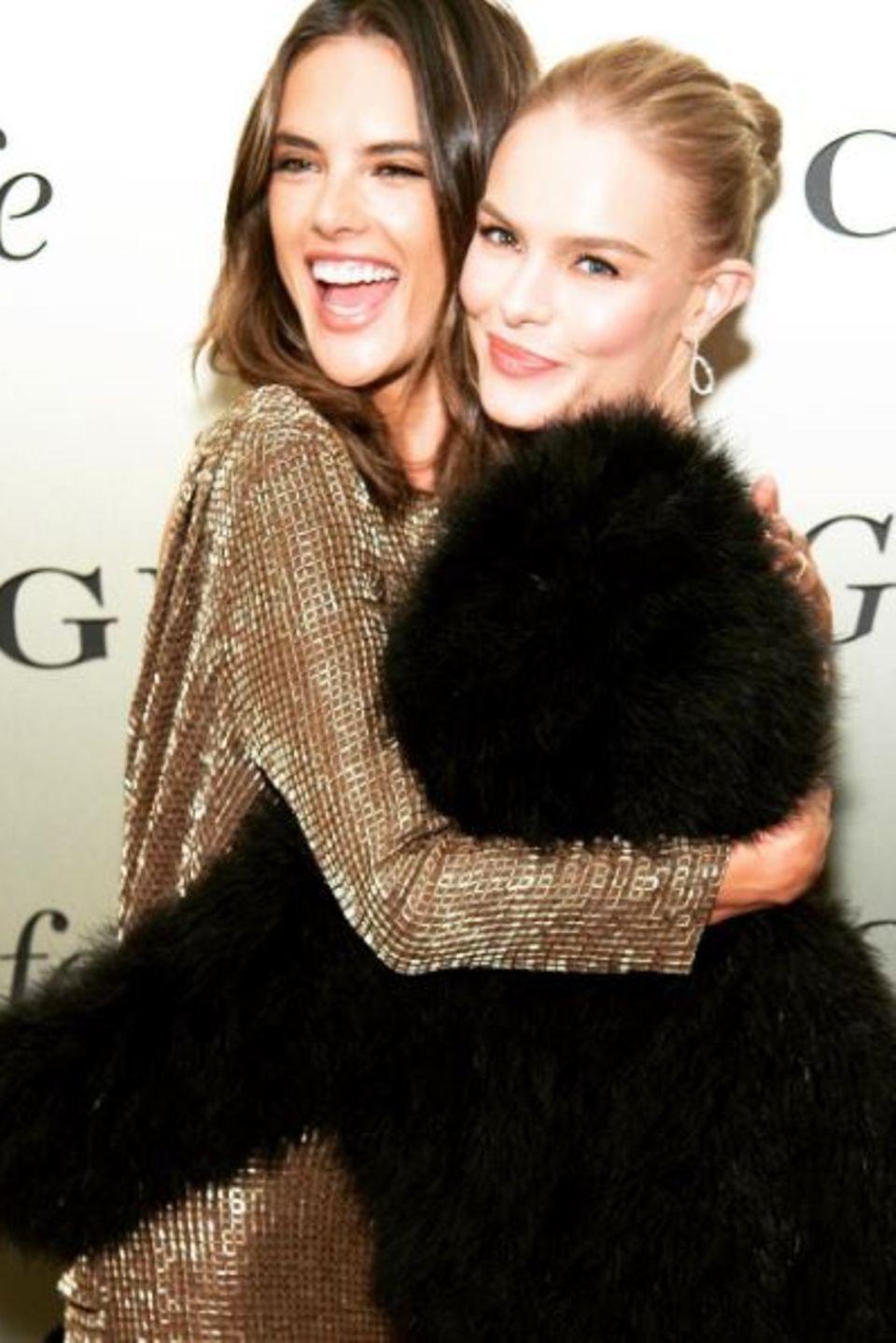 Alessandra Ambrosio und Kate Bosworth   Die beiden Freundinnen treffen sich bei einer Veranstaltung auf dem roten Teppich und herzen sich erstmal innig.