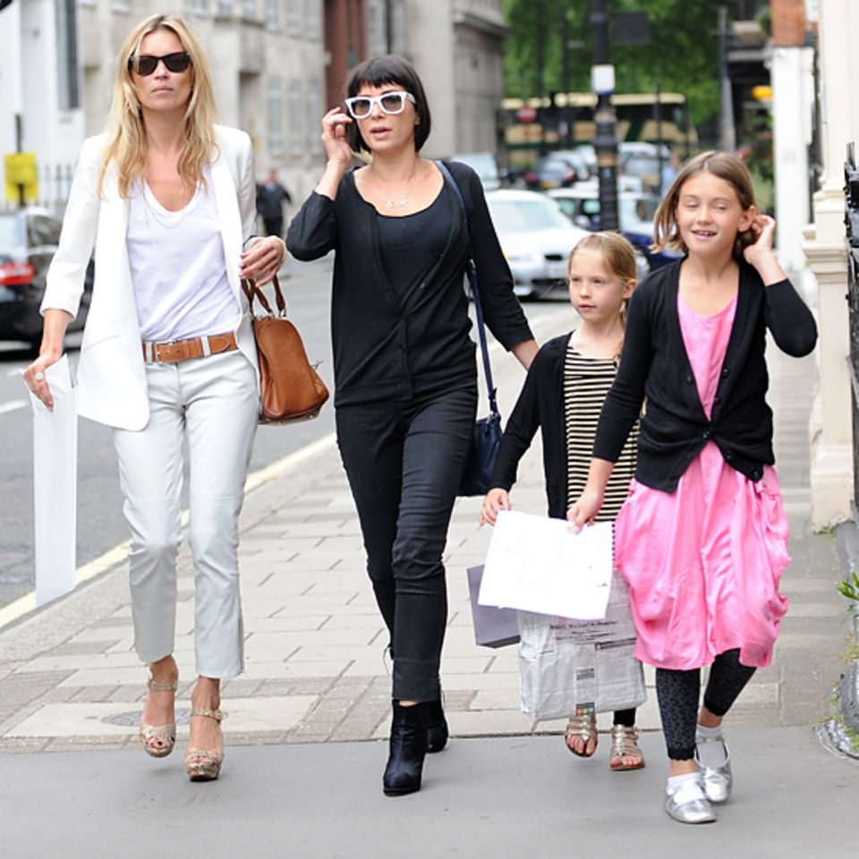 Gemeinsam mit ihrer besten Freundin Sadie Frost und deren Tochter Iris besuchen Kate Moss und Lila Grace die Geburtstagsparty vo