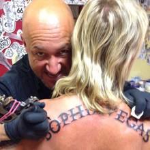 """Geholfen hat sein Liebesbeweis dann doch nicht: Für seine Sophia hat Bert Wollersheim sich """"Sophia Vegas"""" quer über den Rücken stechen lassen. Nach der überraschenden Trennung dürfte diese Entscheidung den Puff-Betreiber ganz schön wurmen."""
