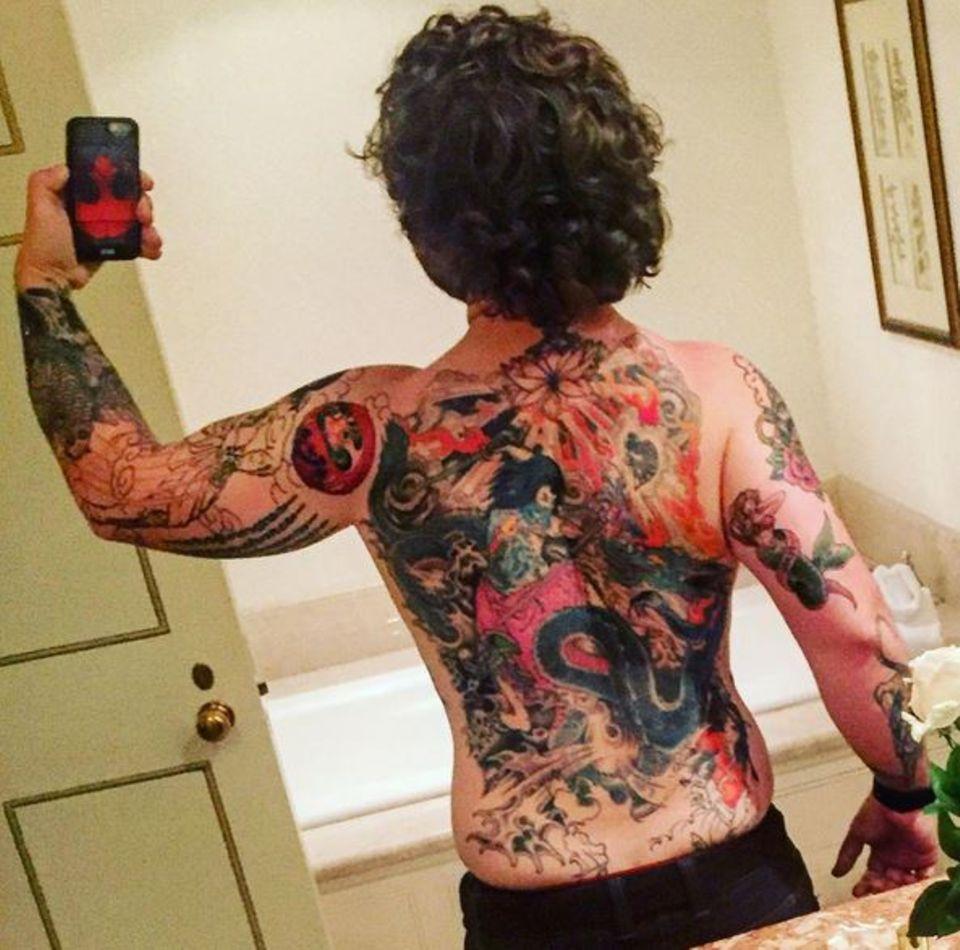 """Jack Osbourne, der Sohn des großen Rockstars Ozzy, enthüllt überraschend einen extrem tätowierten Rücken. Von der Blüte bis zur Meerjungfrau - sein gesamter Rücken ist bunt verziert. """"Hier ist etwas, wovon die meisten Leute nichts wissen. Meine Mutter war anfangs definitiv nicht begeistert"""", schreibt er auf seiner Instagram-Seite zu diesem Bild."""