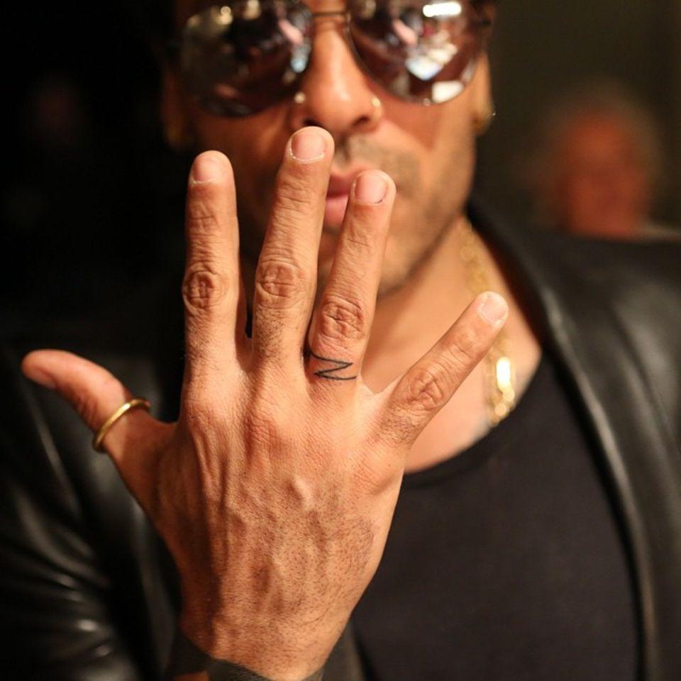 """Dieser Liebesbeweis ist von Dauer. Lenny Kravitz verewigt seine Tochter Zoë Kravitz mit einem symbolischen """"Z"""" an seinem Ringfinger."""
