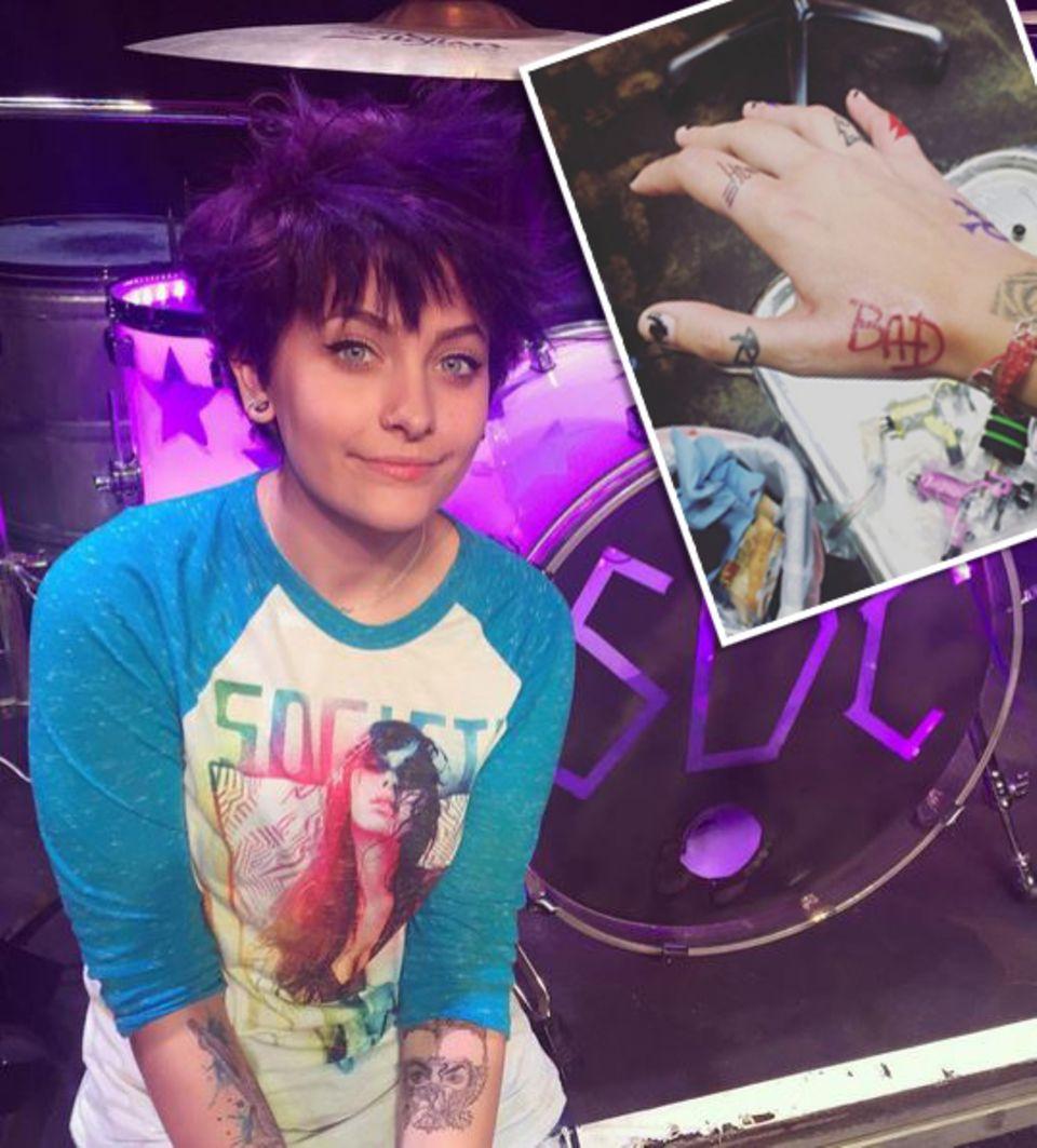 """Paris Jackson hat sich zu Ehren ihres verstorbenen Vaters Michael Jackson ein weiteres Tattoo stechen lassen. In knalligem Rot steht nun """"Bad"""" auf ihrer rechten Hand und soll an das gleichnamige Album Michael Jacksons erinnern."""