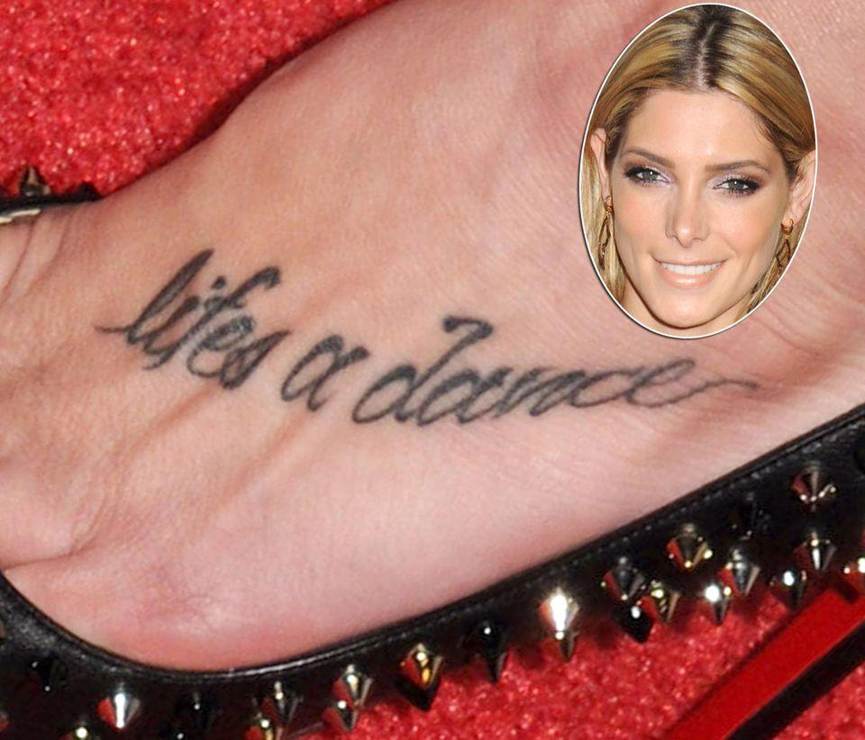 Ashley Greene findet, das Leben ist ein Tanz und hat dies auf ihrem Fuß verewigt.