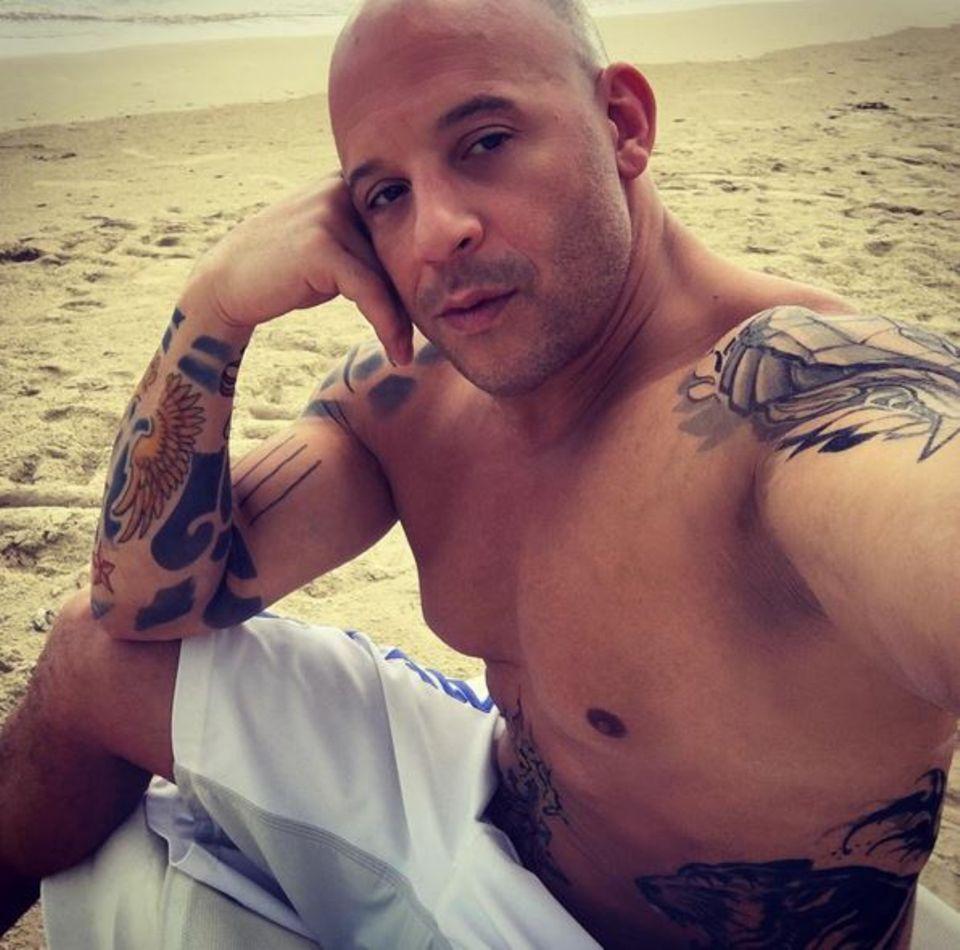 Bad Boy Vin Diesel überrascht mit einigen Bildern, die ihn oben ohne zeigen. Zahlreiche Tattoos zieren dort seinen Oberkörper - wobei er selbst in Interviews immer wieder betont nicht ein einziges Tattoo zu haben.