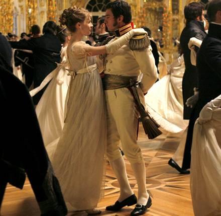 Auf ihrem ersten Ball tanzt Natascha (Clémence Poésy) mit Prinz Andrej (Alessio Boni)