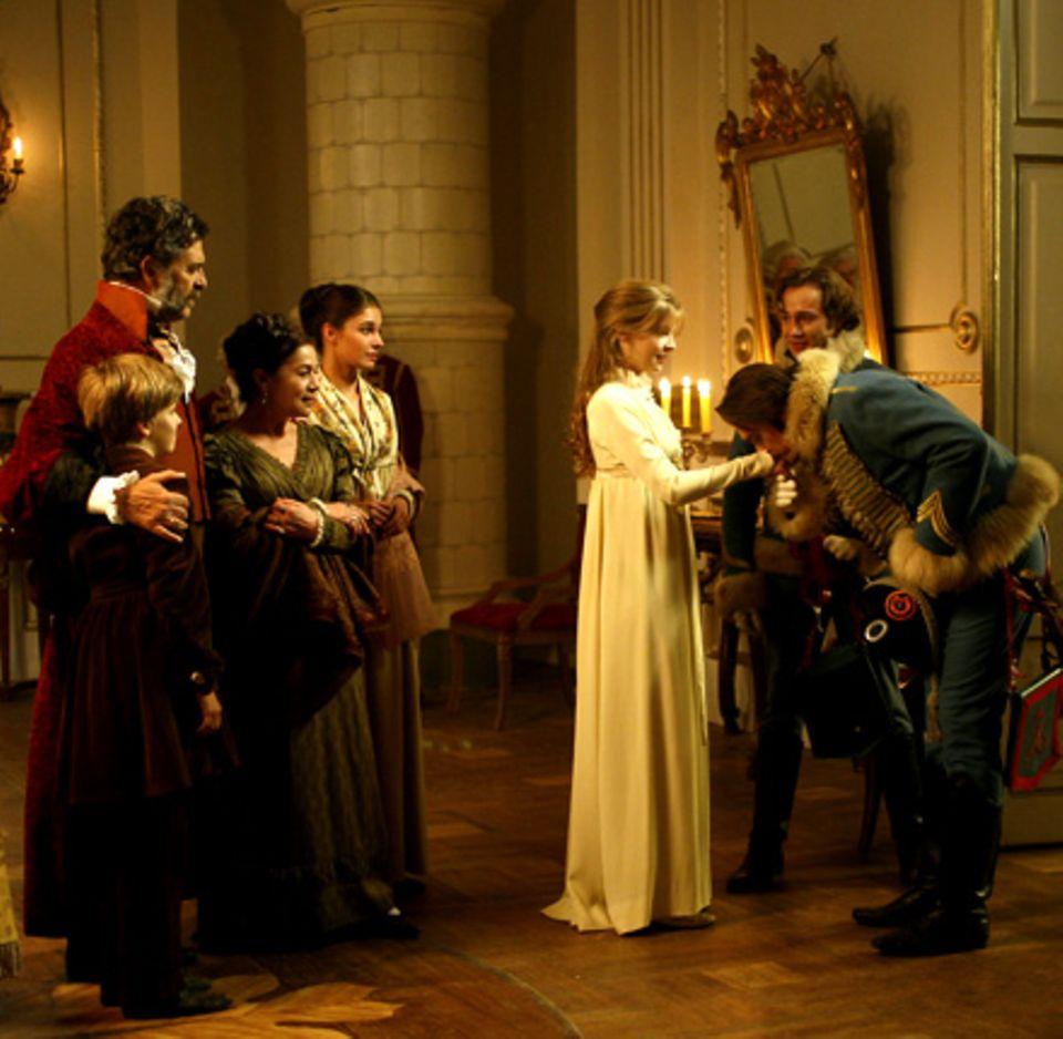 Hauptmann Denissow (Hary Prinz, r.) ist bezaubert von Nikolais (Dimitry Isaev, 2.v.r.) Schwester Natascha (Clémence Poésy, m.) u