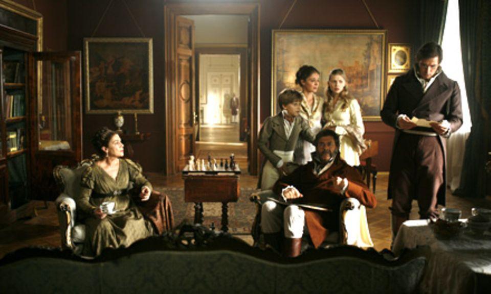 Pierre (Alexander Beyer, r.) liest einen Brief von Nikolai vor. Familie Rostow befürchtet schlimme Nachrichten (v.l.n.r.: Hannel