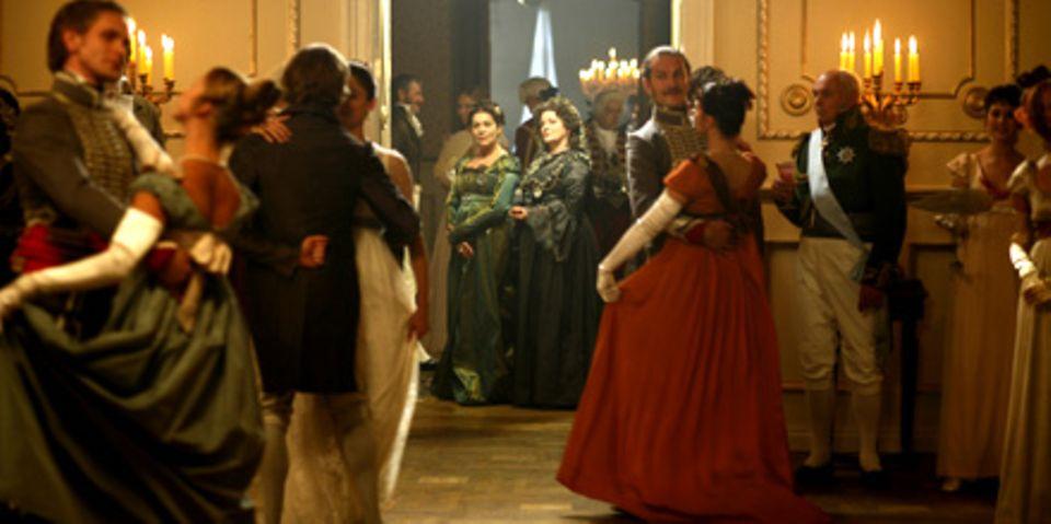Die Freundinnen Gräfin Rostowa (Hannelore Elsner, l.) und Marja Dmitievna (Brenda Blethyn, r.) sehen den Tänzern zu