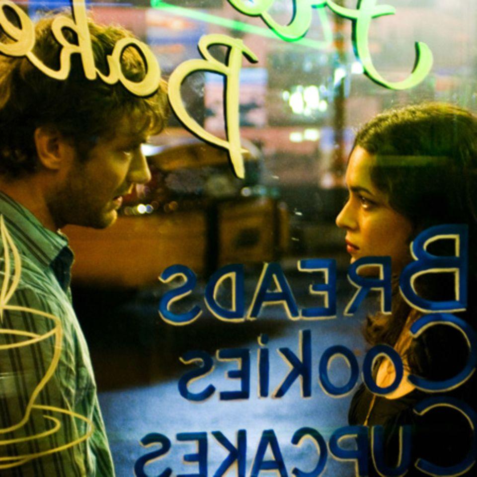 Barbesitzer Jeremy (Jude Law) und Elizabeth (Norah Jones) lernen sich kennen