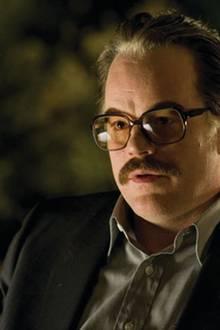 Wilson kann Ex-CIA-Agent Gust Avrakotos für seine Pläne gewinnen