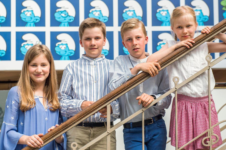 19. Juli 2016  Der Royale Nachwuchs (Prinzessin Eléonore, Prinz Emmanuel, Prinz Gabriel und Prinzessin Elisabeth) stellen sich für ein Foto im Belgischen Comiczentrum auf der Treppe auf.