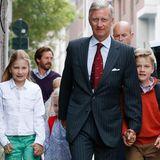 2. September 2013: Die Schule geht wieder los für die Kinder von König Philippe und Königin Mathilde. Und der Vater lässt es sich nicht nehmen und begleitet Elisabeth, Eleonore (halb verdeckt) und Gabriel persönlich.