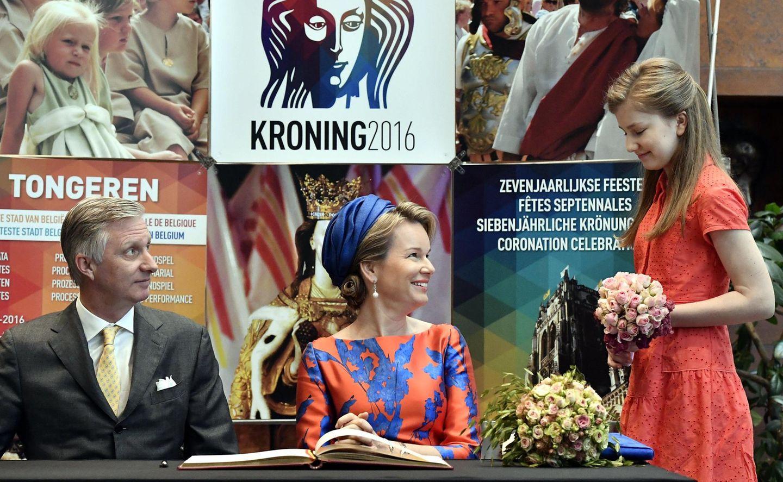3. Juli 2016  König Philippe und Königin Mathilde von Belgien sind sichtlich stolz auf ihre Tochter Prinzessin Elisabeth, die sie bei der bei der traditionellen Krönungsprozession anlässlich des siebenjährlichen Krönungsfestes begleitet.