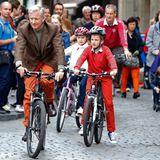 22. September 2013: Das Königspaar radelt mit den Kindern am autofreien Sonntag durch die Brüsseler Innenstadt.