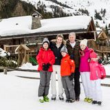 09. Februar 2016  Wie jedes Jahr haben sich Königin Mathilde und König Philippe zusammen mit ihren vier Kindern - Prinz Gabriel, Prinz Emmanuel, Prinzessin Elisabeth und Prinzessin Eléonore - in die Schweizer Berge begeben, um dort ihre Winterferien zu verbringen. Vor ihrem Chalet in Verbier posieren sie für ein hübsches Familienfoto.