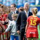 """17. August 2013: Drei Tage vor seinem zehnten Geburtstag begleitet Prinz Gabriel seinen Vater zu einem Spiel der belgischen Damen-Hockey-Nationalmannschaft, den """"Red Panthers"""". Solche Termine, bei denen der zweitälteste Sohn des Königspaares viele Hände zu schütteln hat, wird es in Zukunft sicherlich häufgier geben."""