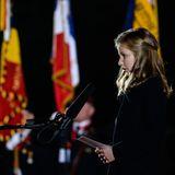 17. Oktober 2014: Mit einer selbstverfassten Rede, die sie in drei Sprachen hält, begeistert Prinzessin Elisabeth bei der sogenannten Lichtfront in Ploegsteert die Zuhörer. Gemeinsam gedenken alle den Opfern des Ersten Weltkrieges.