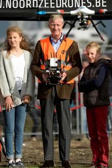 """2. Oktober 2016:Einen Termin mit seinen Kindern Elisabeth und Emmanuel absolviert König Philippe in Zeebrügge. Und im """"Noordzee Drones Training Center"""" greift der König zur Fernbedienung und fliegt gleich mal selbst."""