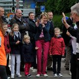 """26. Mai 2013: Prinzessin Mathilde und die Kinder Prinz Gabriel, Prinzessin Elisabeth, Prinzessin Eleonor und Prinz Emmanuel feuern Prinz Philippebeim """"20hm Brussels Race"""" an."""