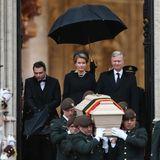 12. Dezember 2014: Königin Mathilde und König Philippe frühren den Trauerzug an, der hinter dem Sarg von Königin Fabiola aus der Kirche kommt.