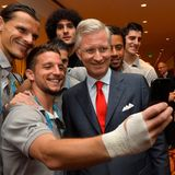 22. Juni 2014: Mit den belgischen WM-Kickern (v.l.) Daniel Van Buyten, Eden Hazard, Marouane Fellaini, Moussa Dembele und Thibaut Courtois posiert König Philippe für ein Erinnerungs-Selfie.