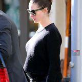 Wenige Tage nachdem bekannt geworden ist, dass Anne Hathaway ihr erstes Kind erwartet, können wir einen ersten Blick auf den Babybauch der Schauspielerin werfen.