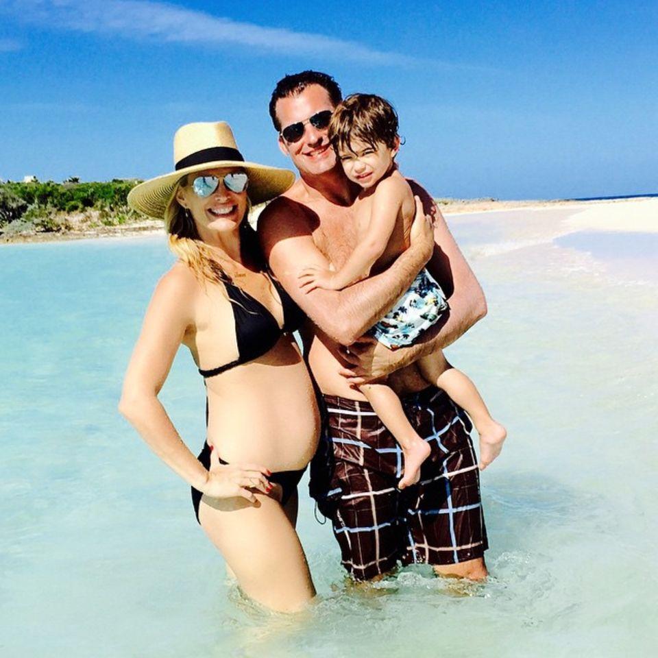 Schauspielerin Molly Sims ist überglücklich, ihrem Sohn Brooks bald ein Geschwisterchen schenken zu können. Gemeinsam mit Ehemann Scott Stuber macht sie zur Zeit Urlaub auf den Bahamas.