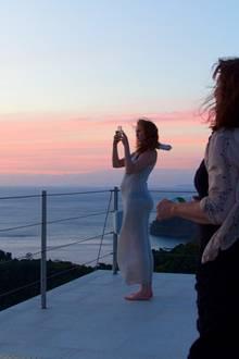 Model Lily Cole macht ein Schwangeren-Selfie vor einem wunderschönen Sonnenuntergang.